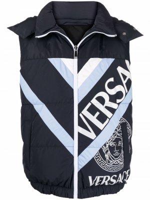 Дутый жилет с логотипом Versace. Цвет: синий