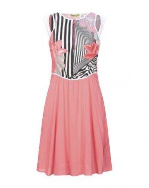Короткое платье VERSACE. Цвет: коралловый