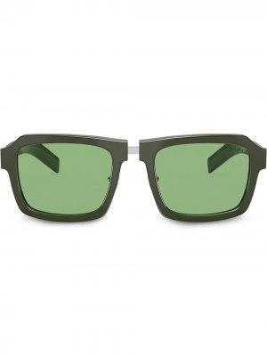 Солнцезащитные очки в квадратной оправе Prada Eyewear. Цвет: зеленый