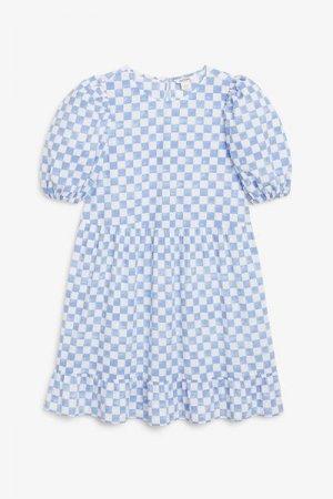 Короткое платье с воланом Monki. Цвет: синий, разноцветный