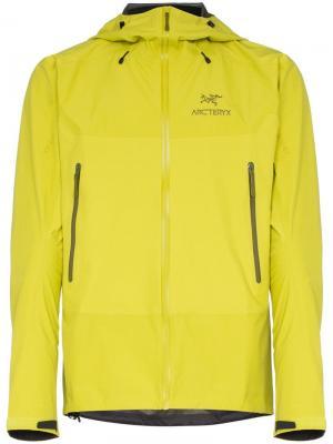 Куртка Beta с капюшоном Arc'teryx. Цвет: зеленый