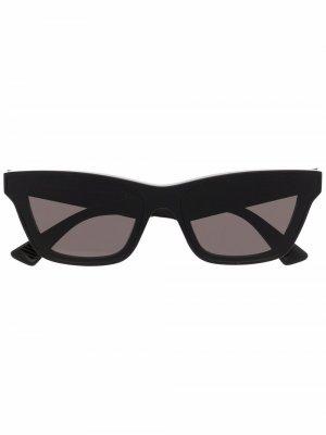 Солнцезащитные очки в оправе кошачий глаз Bottega Veneta. Цвет: черный