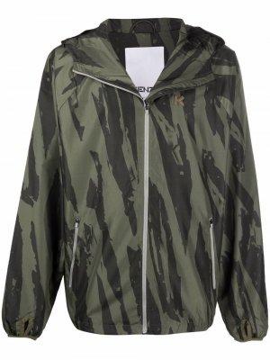 Куртка с камуфляжным принтом и логотипом Kenzo. Цвет: зеленый