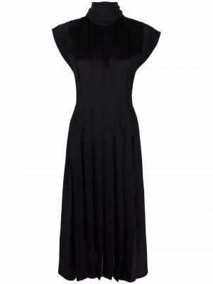 Платье с короткими рукавами и плиссированной юбкой Salvatore Ferragamo. Цвет: черный
