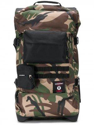 Дорожная сумка с камуляжным принтом Eastpak. Цвет: коричневый