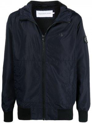 Куртка с капюшоном и нашивкой-логотипом Calvin Klein Jeans. Цвет: синий