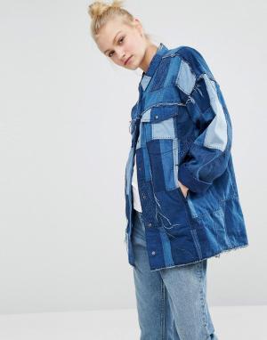 Джинсовая oversize-куртка в стиле пэчворк Monki. Цвет: синий