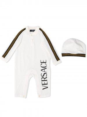Комплект из комбинезона и шапки с логотипом Young Versace. Цвет: белый