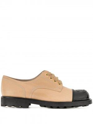 Туфли дерби с логотипом СС Chanel Pre-Owned. Цвет: нейтральные цвета