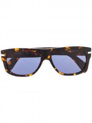 Солнцезащитные очки в квадратной оправе Salvatore Ferragamo. Цвет: коричневый