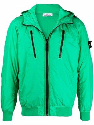 Куртка с капюшоном и нашивкой-логотипом Stone Island. Цвет: зеленый