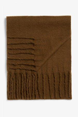 Шарф с кисточками из переработанного полиэстера Monki. Цвет: коричневый