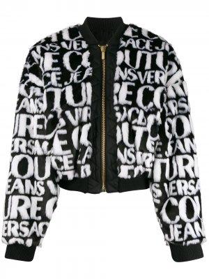Короткая шуба из искусственного меха с логотипом Versace Jeans Couture. Цвет: белый