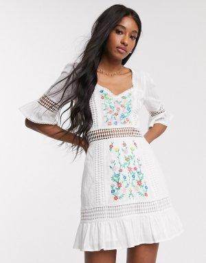 Белое ярусное платье мини с вышивкой и кружевными вставками -Белый ASOS DESIGN