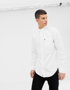 Белая оксфордская рубашка узкого кроя с логотипом на кармане Abercrombie & Fitch. Цвет: белый