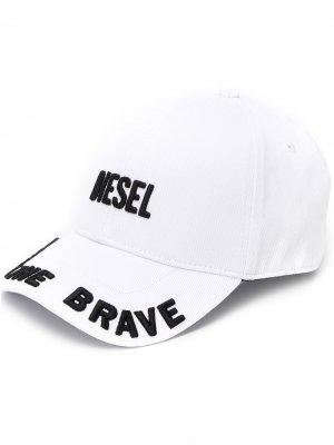 Кепка с вышитым логотипом Diesel. Цвет: белый
