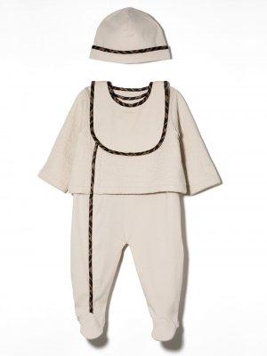 Комплект из комбинезона, шапки и нагрудника Fendi Kids. Цвет: нейтральные цвета