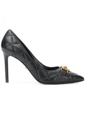 Стеганые туфли с бляшкой головой Медузы Versace. Цвет: черный