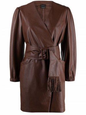 Платье из искусственной кожи с запахом и поясом Pinko. Цвет: коричневый