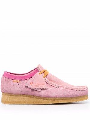 Туфли Wallabee на шнуровке из коллаборации с Levi Clarks. Цвет: розовый