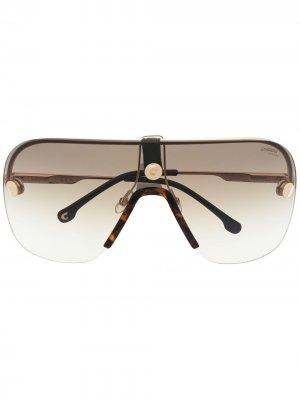 Градиентные солнцезащитные очки в массивной оправе Carrera. Цвет: золотистый