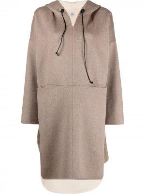 Пальто-анорак с капюшоном Totême. Цвет: нейтральные цвета