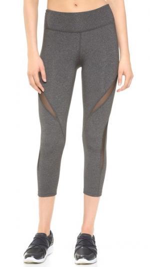 Сетчатые леггинсы-капри с двойными вставками Beyond Yoga. Цвет: серый меланж