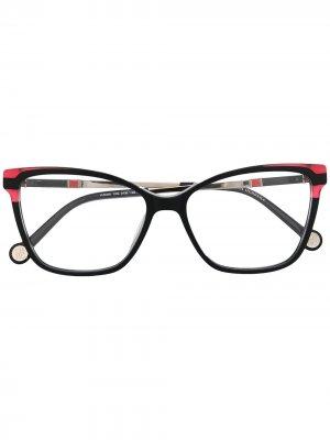 Очки VHE 850 в оправе кошачий глаз Carolina Herrera. Цвет: черный