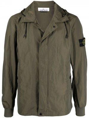 Куртка-рубашка с капюшоном и нашивкой-логотипом Stone Island. Цвет: зеленый