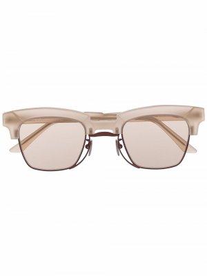 Солнцезащитные очки в трапециевидной оправе Kuboraum. Цвет: нейтральные цвета
