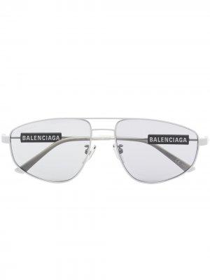 Солнцезащитные очки-авиаторы с логотипом Balenciaga Eyewear. Цвет: серый