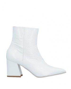 Полусапоги и высокие ботинки LAURA BELLARIVA. Цвет: белый
