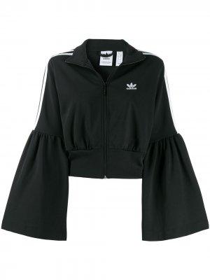 Укороченная куртка с расклешенными рукавами adidas. Цвет: черный