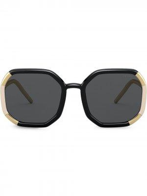 Солнцезащитные очки в массивной оправе с затемненными линзами Prada Eyewear. Цвет: черный