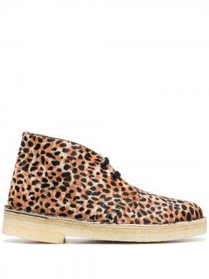 Ботинки дезерты с леопардовым принтом Clarks Originals. Цвет: коричневый