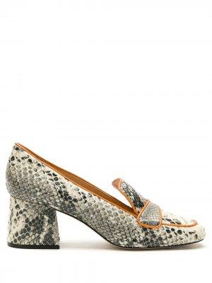 Лоферы на блочном каблуке с тиснением под кожу змеи Eva. Цвет: нейтральные цвета