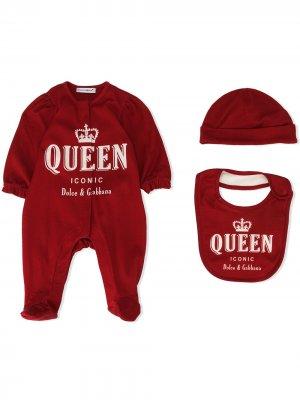 Комплект из комбинезона, нагрудника и шапки Dolce & Gabbana Kids. Цвет: красный