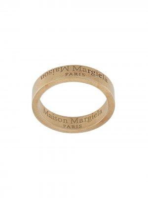 Кольцо с гравированным логотипом Maison Margiela. Цвет: золотистый