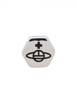 Серьги-гвоздики с тисненым логотипом Vivienne Westwood. Цвет: серебристый