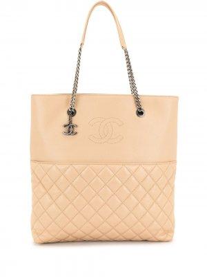 Стеганая сумка-тоут с логотипом CC Chanel Pre-Owned. Цвет: коричневый