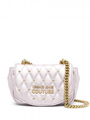 Стеганая сумка на плечо с эффектом металлик Versace Jeans Couture. Цвет: фиолетовый