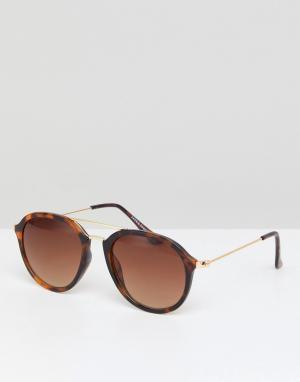 Солнцезащитные очки в черепаховой оправе Jack & Jones. Цвет: коричневый