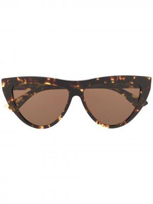 Солнцезащитные очки в оправе кошачий глаз Bottega Veneta. Цвет: коричневый
