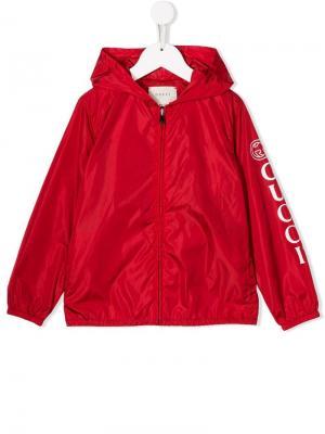 Плащ с логотипом Gucci Kids. Цвет: красный