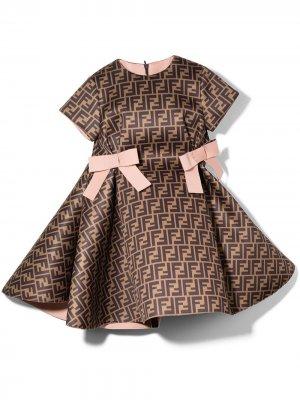FF print bow-embellished dress Fendi Kids. Цвет: коричневый
