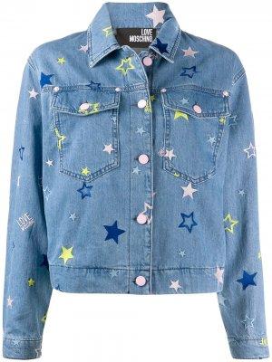Джинсовая куртка с вышивкой Love Moschino. Цвет: синий