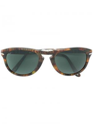 Складные солнцезащитные очки в округлой оправе Persol. Цвет: коричневый
