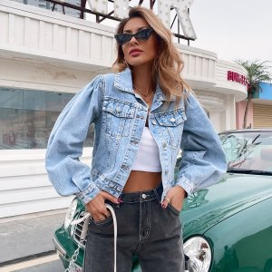 Короткая джинсовая куртка с объемными рукавами и карманами клапанами SHEIN. Цвет: легко-синий