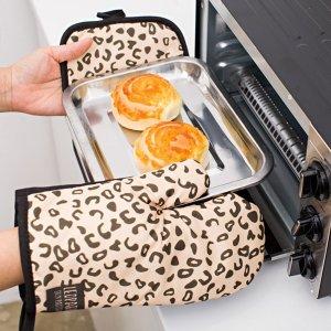 1шт перчатка для микроволновой печи и 1 изоляционная прокладка с принтом SHEIN. Цвет: многоцветный