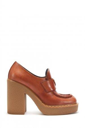 Коричневые кожаные лоферы Prada. Цвет: коричневый